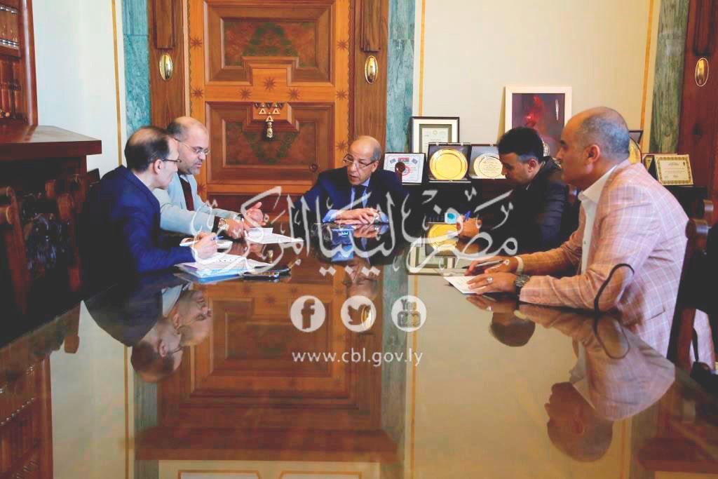 المحافظ يجتمع مع رئيس منظومة بيع النقد الأجنبي لأرباب الأسر الليبية